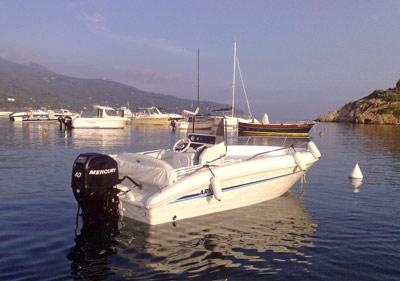 Elba noleggio barca arkos 537 ormeggiata alla Guardiola